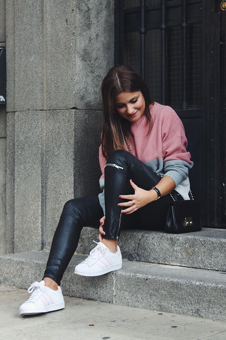 Outfit jersey rosa pantalones cuero blog de moda
