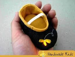 sapatinho de bebê feito com feltro