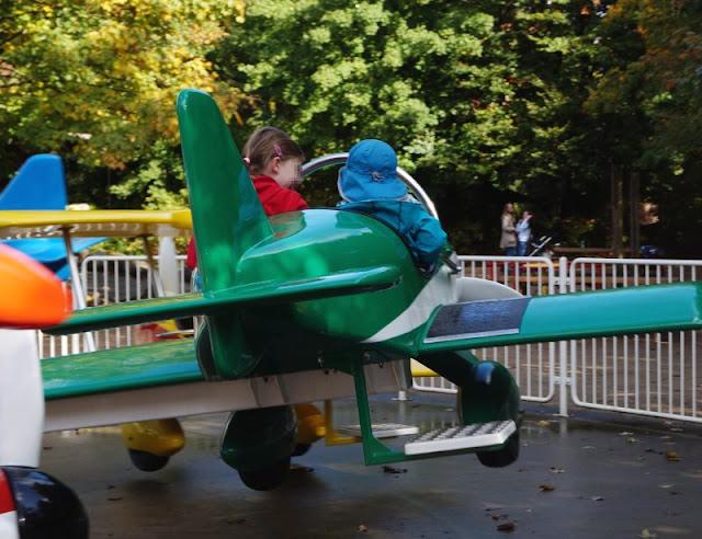 Die Tolk-Schau: Ein spannender Familien-Freizeitpark für Groß und Klein. Das Flieger-Karussell macht Spaß!