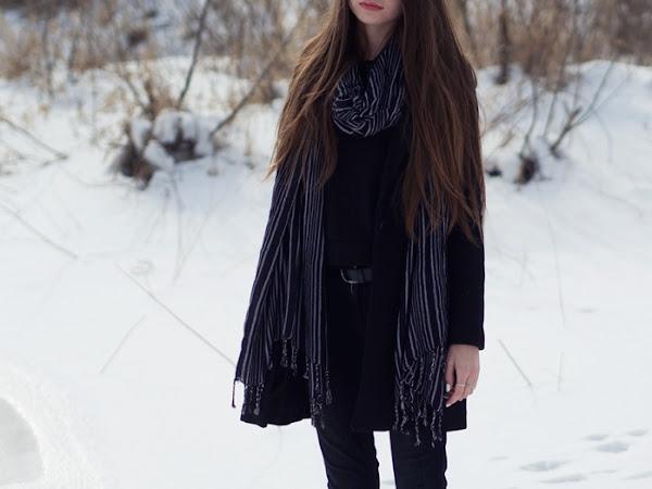 221. Stylizacja: Czarny płaszcz, bluza z perełkami, długi szal