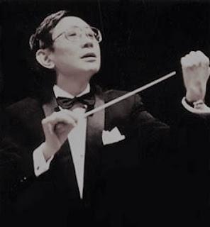 Koichi Sugiyama dirigiendo una orquesta