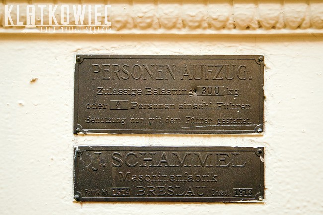 Świdnica. Kamienica. Wnętrze. Klatka schodowa. Przedwojenna winda. J. Schammel Breslau.