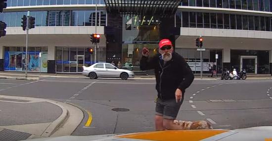 Pedestre provoca motorista Australia - Instant karma