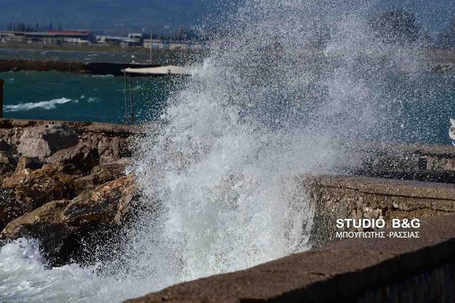 Δυνατοί νοτιάδες και μεγάλα κύματα στο Ναύπλιο (βίντεο)