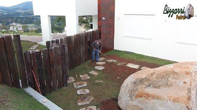 Bizzarri, da Bizzarri Pedras, executando um caminho com pedra cacão de Carranca com junta de grama. 8 de junho de 2017.