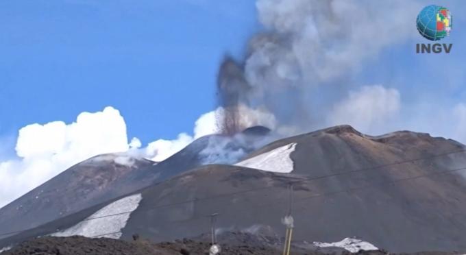 Diez heridos por la explosión de un cráter al sur de Italia
