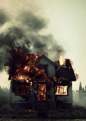Rumah terbakar dengan asap hitam pekat