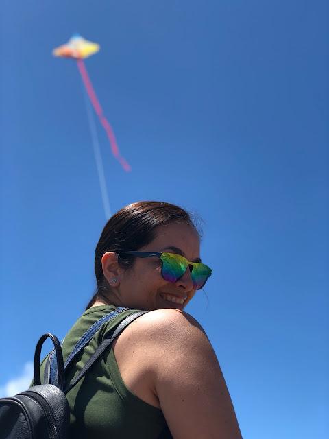 mujer volando cometa