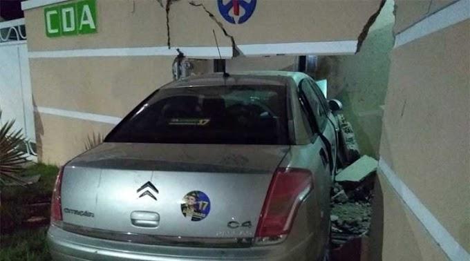 Em Santarém: Carro desgovernado avança preferencial e se choca com muro do Colégio Dom Amando