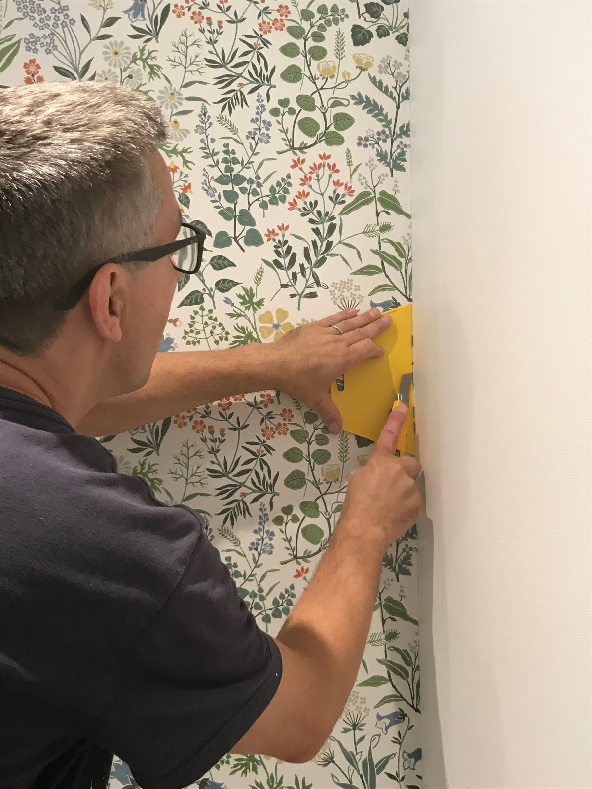 how to apply wallpaper around a corner, how to match wallpaper patterns, wallpaper installation