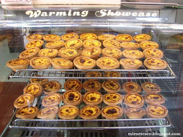 Макао - паште-де-ната в витрине пекарне