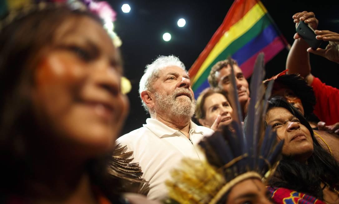 Movimento LGBT participa de ato em 'defesa da democracia' na Lapa, no Rio