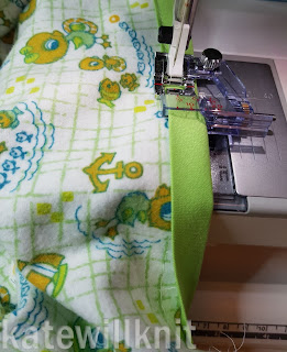Binding baby blanket with adjustable binding foot