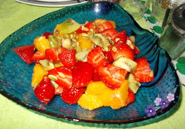 Salada de fruta com morango kiwi e laranja