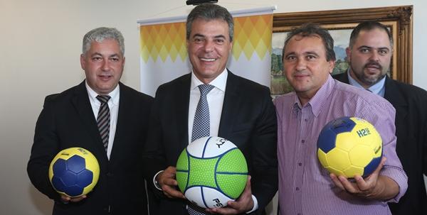 Santa Maria do Oeste: Prefeito Cláudio Leal recebe kits esportivos
