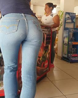 Morena bonito trasero redondo jeans