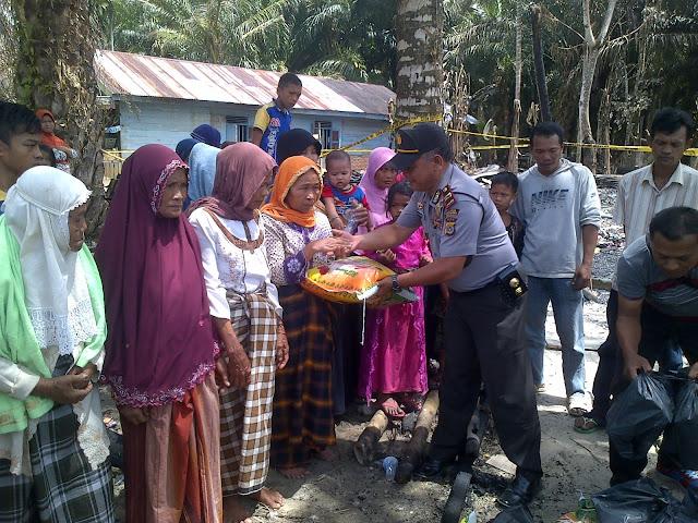 Polres Aceh Singkil Serahkan Bantuan Kepada Korban Kebakaran