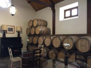 dentro da loja da vinícola com barris de vinhos