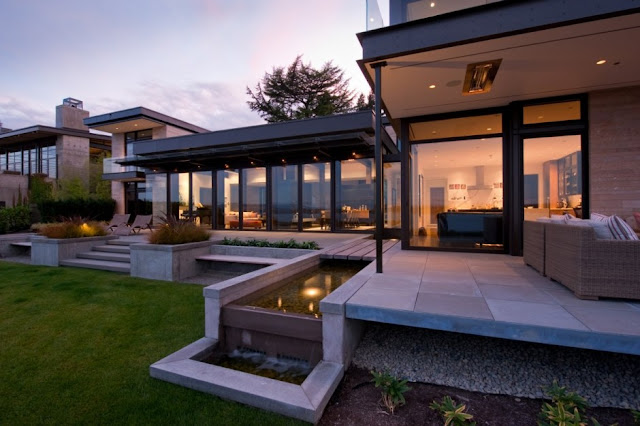 Casa moderna con espejo de agua dise o de casas home for Casas modernas 4 aguas
