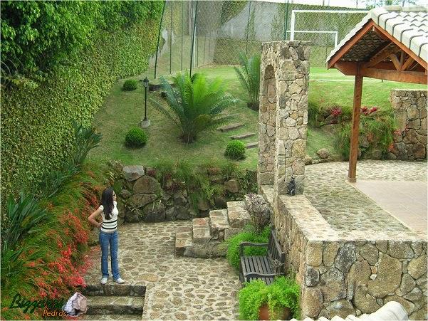 Nesse espaço executamos a construção do muro de pedra. O muro de pedra faceado e o muro de pedra rústico sem cimento com a escada de pedra, o pórtico de pedra com piso de pedra rústica com a execução do paisagismo.