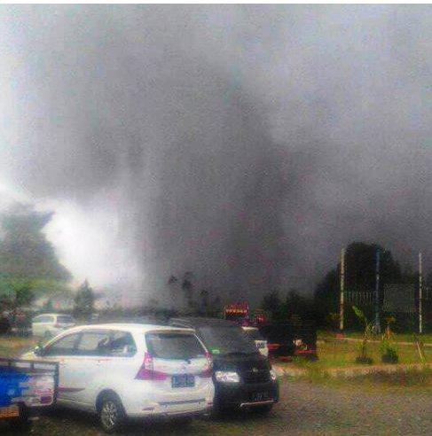 Letusan Kawah Sileri Menyemburkan Asap dan Lumpur. Foto Twitter Kepala BPBD Jateng.