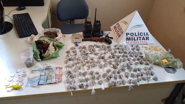 Adolescente é apreendido com mais de 140 buchas de maconha em Varginha — Foto: Polícia Militar