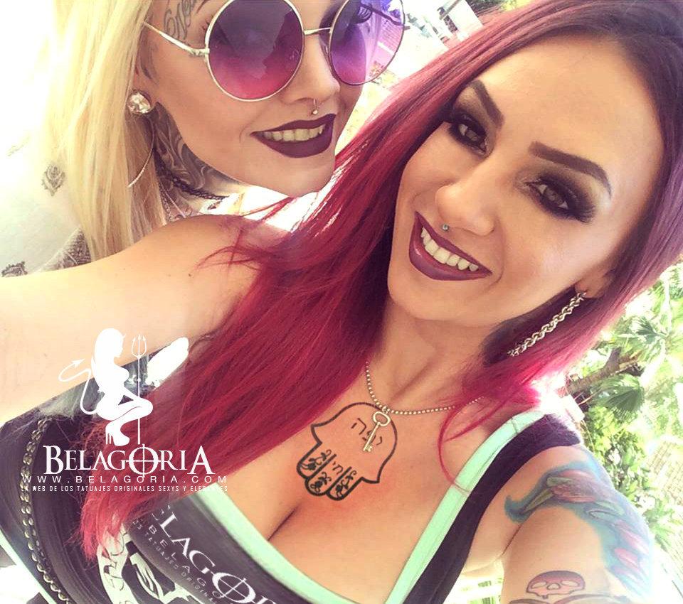 Vemos a un par de chicas riendo, una lleva tatuaje hamsa en el pecho