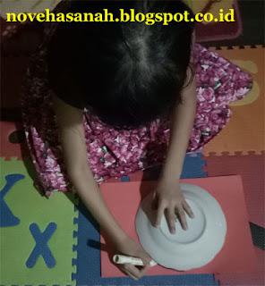 Gunakan piring dan spidol untuk membuat lingkaran, pastikan ukuran piring sesuai dengan ukuran kotak sarung yang digunakan (masuk di dalam kotak/diameternya sedikit lebih kecil dari panjang dan lebar kotak).