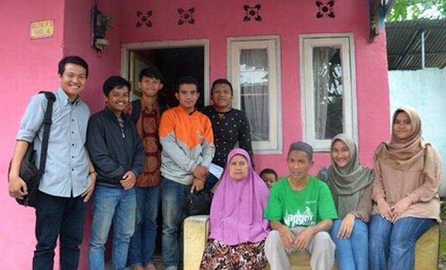 Mengharukan !! Mahasiswi IPB Berangkatkan Umrah Pedagang Asongan ini