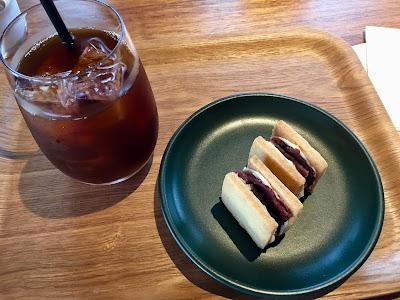 三軒茶屋のコーヒーライツのアイスコーヒーとあんこバタークッキー