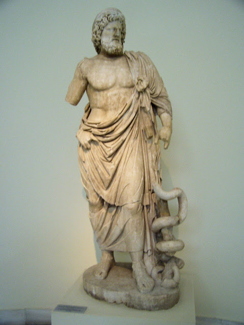 Statue_of_Asklepios_NAMA_263_%2528DerHex