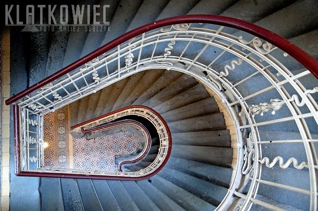 Bielsko-Biała. Kamienica. Klatka schodowa z kręconymi schodami.