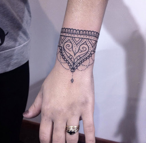 Este ornamentais pulseira de tatuagem