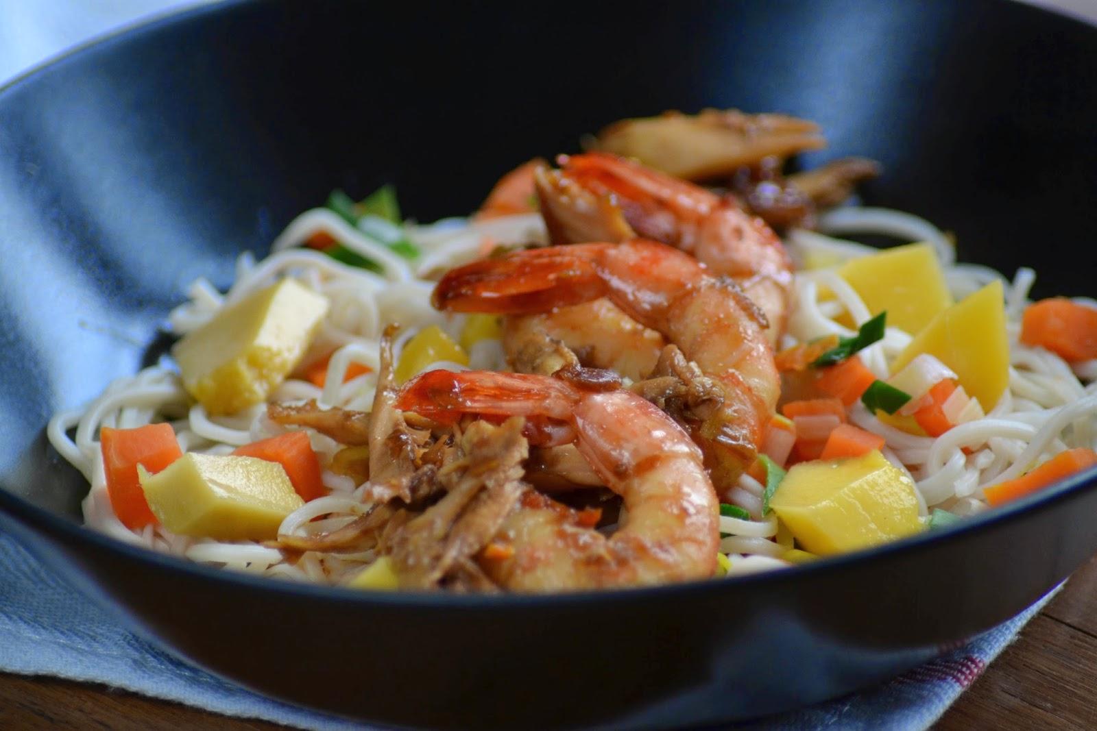 Pittige noodles met kip, garnalen en mango