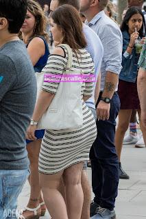 chica-culona-usando-vestido-entallado