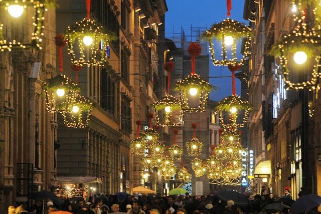 Rua de Florença iluminada para o Natal