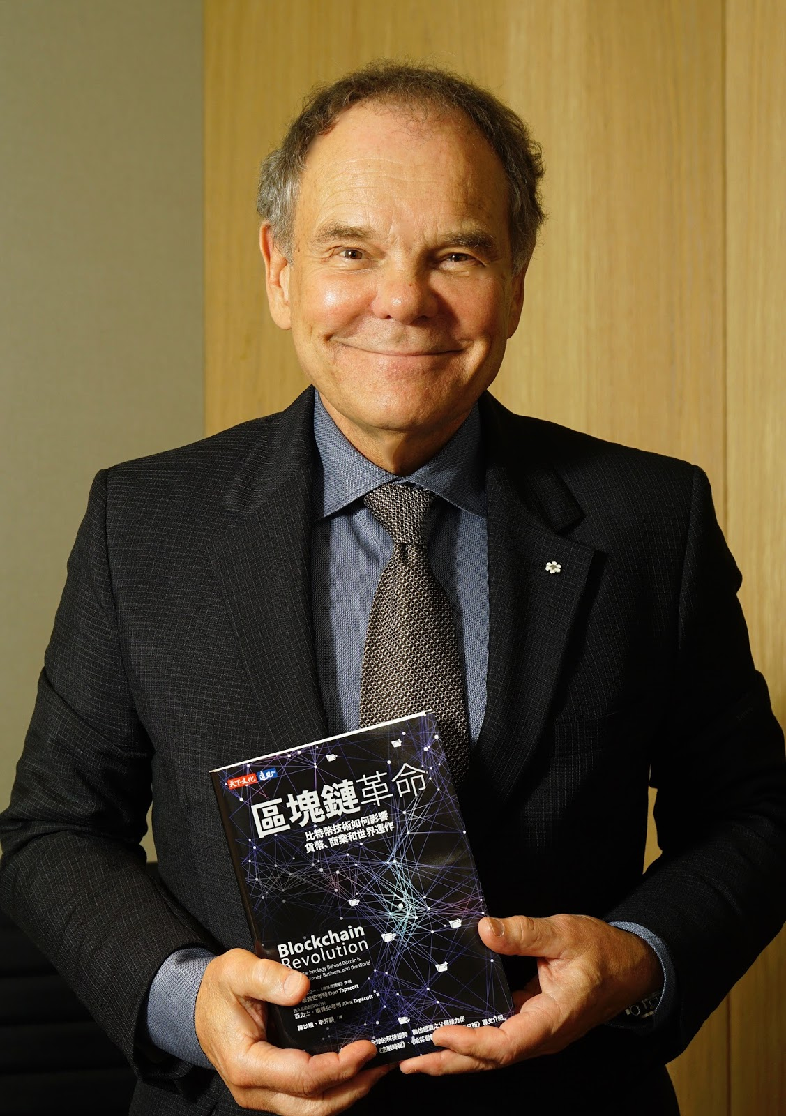 Don Tapscott with the Chinese edition book of Digital Revolution