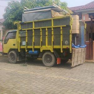 Layanan pindahan dengan truk di Medan.