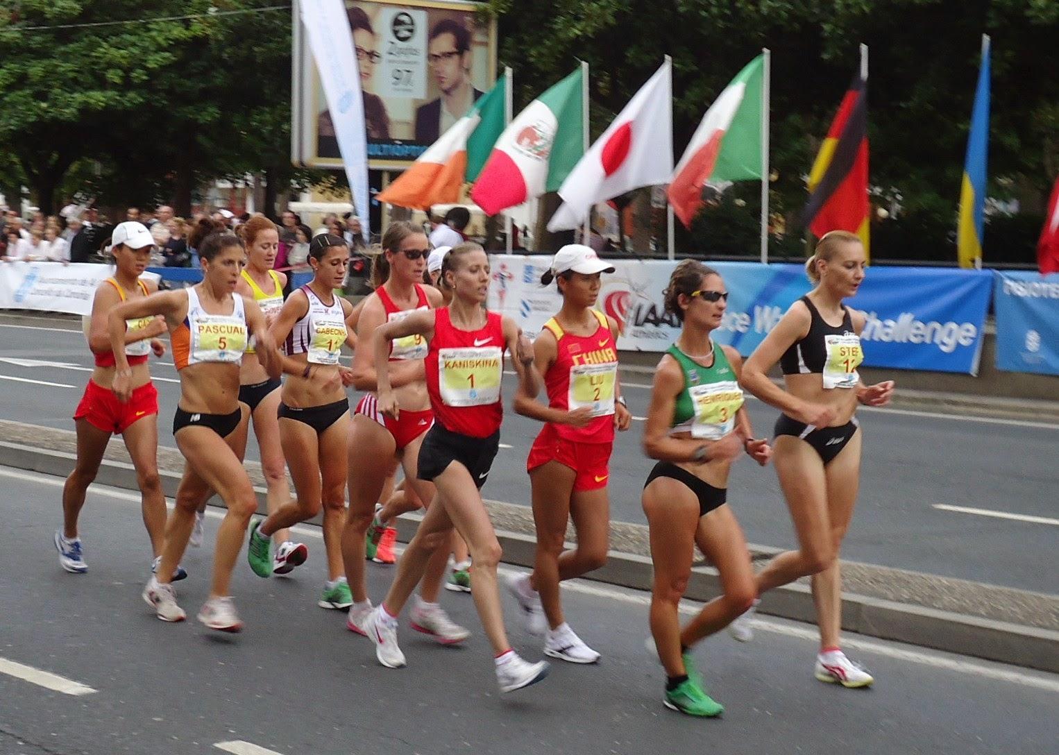 Mulheres em uma competição esportiva da marcha atlética, direto de frases de Sun Tzu e d'A Arte da Guerra.