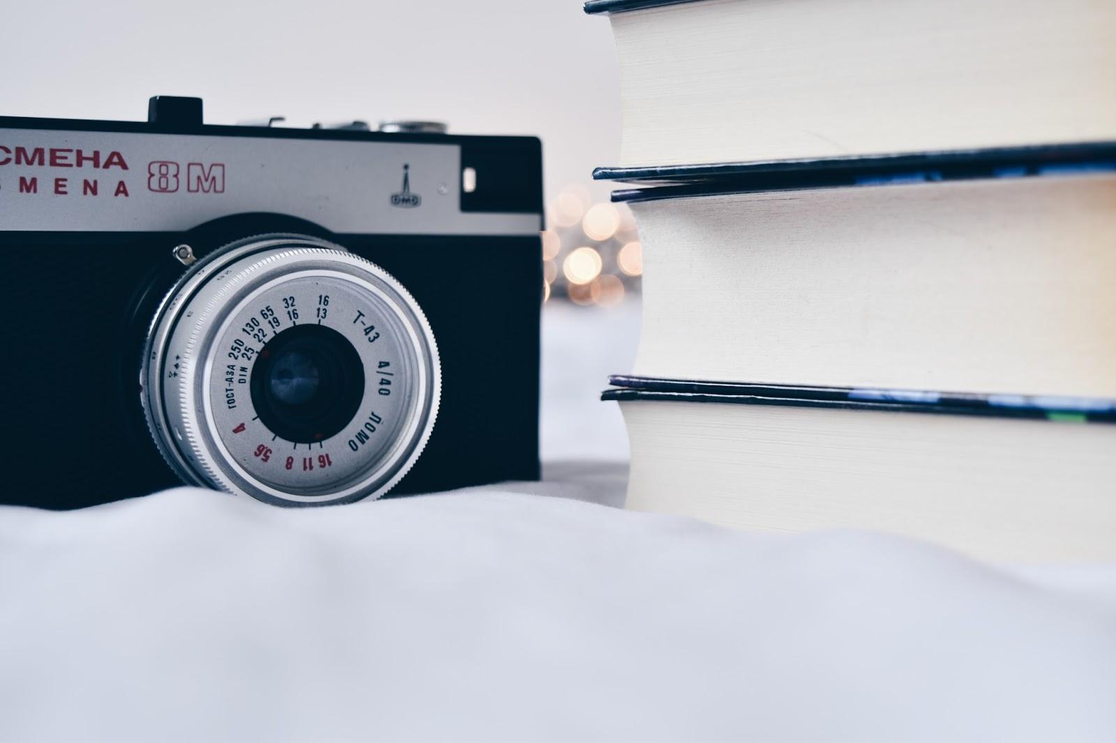 fotografia, blog, smiena, cmena, stary aparat, książki, bokeh, ładne zdjęcia książek, kwiaty, bez, niezapominajki