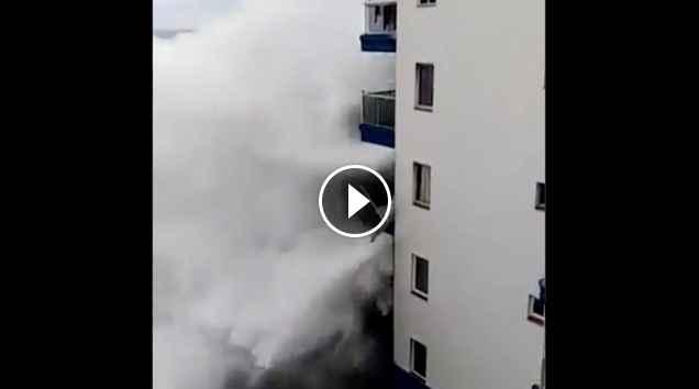 Ola alcanza un balcón de un edificio Olas gigantes en Mesa del Mar Tenerife