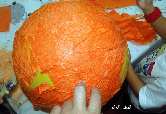 ir pegando el papel al globo