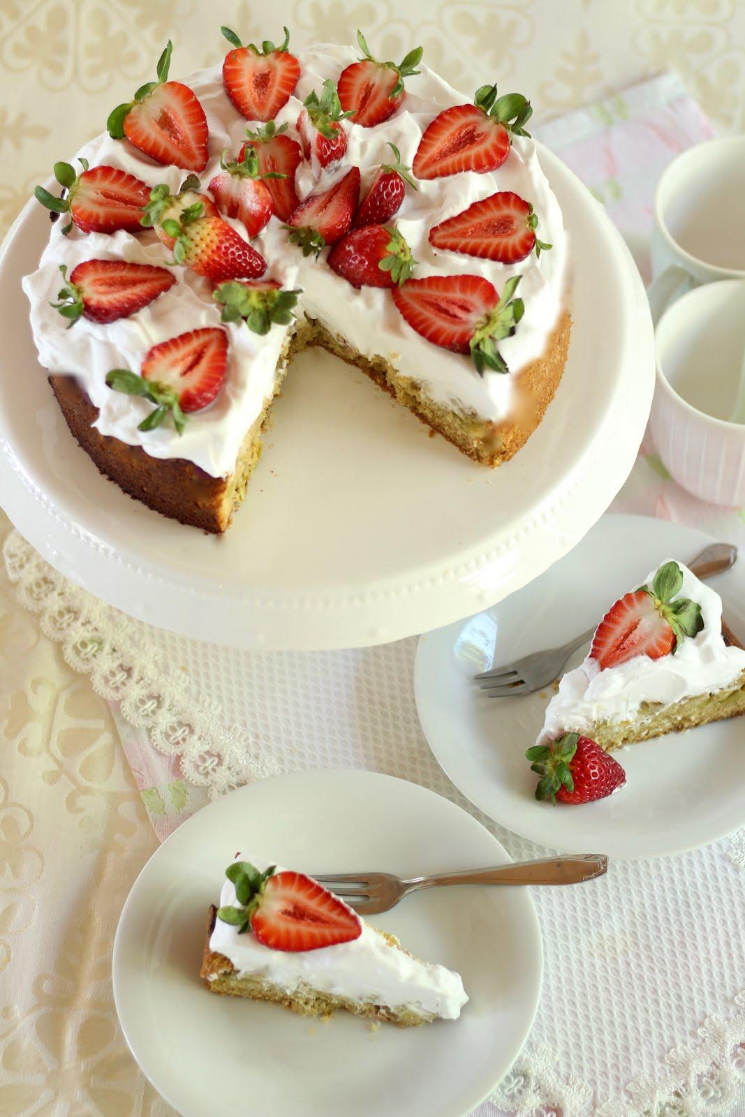 Himmlische Erdbeer-Rhabarber-Torte mit Sahnehaube | Rezept und Video von Sugarprincess