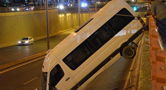 Diyarbakır Otogar Köprülü Kavşağı'nda el freni çekilmeyen minibüs alt geçide düştü