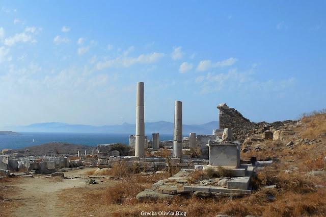 świątynia Hery na tle błękitnego greckiego nieba Delos