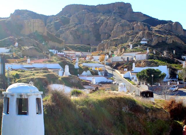 Barrio de las casas cuevas de Guadix. Habitat troglodita. Casas cuevas