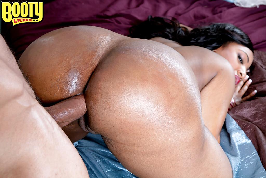 Ebony Plumper Layla Monroe Offers Up Huge Black Ass For -9907