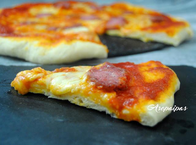 Pizza con Salchichón, Tomate y Mozzarella