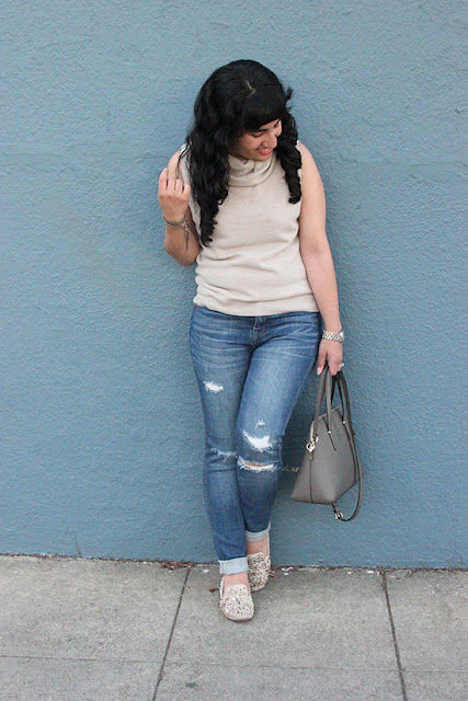 Sleeveless Turtleneck and Ripped Jeans Outfit Inspiration