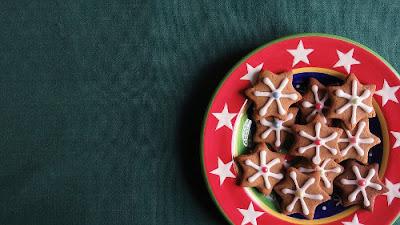 piatto con biscotti natalizi al cioccolato
